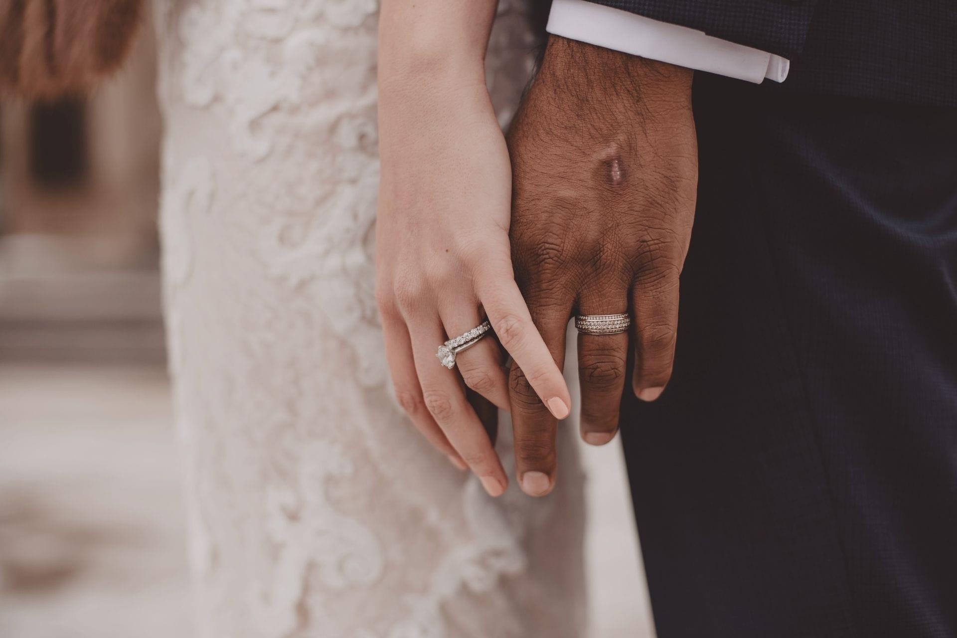 bruidspaar hand in hand man en vrouw ingezoomd op de handen
