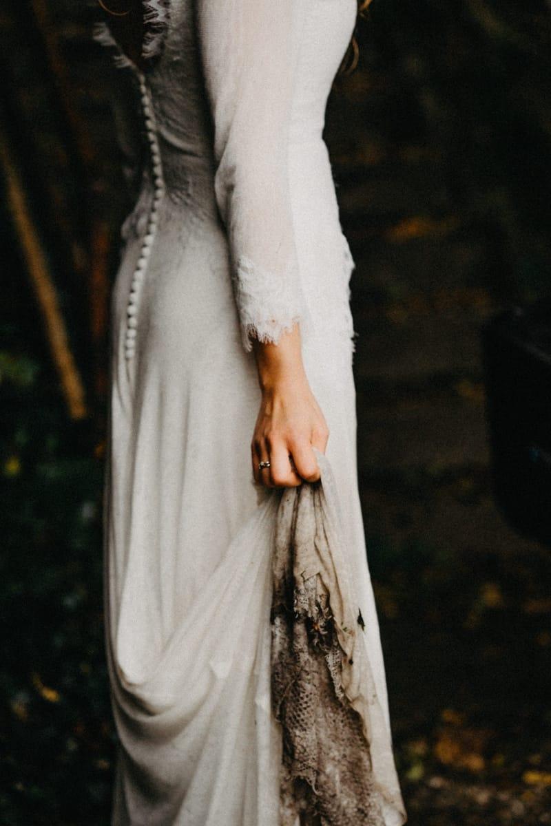 bruid houdt vies geworden trouwjurk omhoog